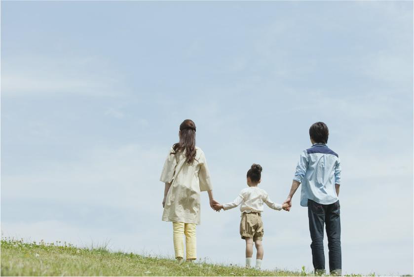 お散歩をする家族